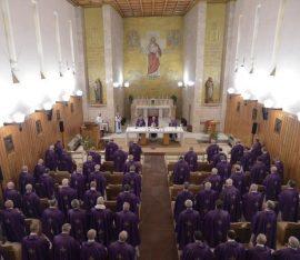 Papież Franciszek słucha rekolekcji