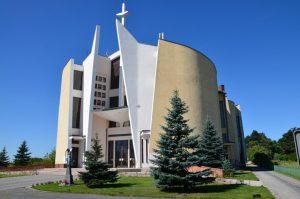 Fasada kościoła od strony drogi wjazdowej