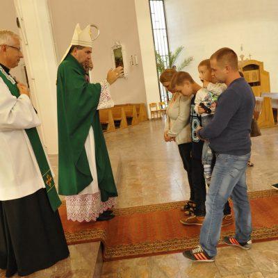 Ks. Biskup udziela indywidualnego błogosławieństwa