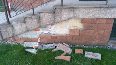 Piaskowiec odpada od ścian
